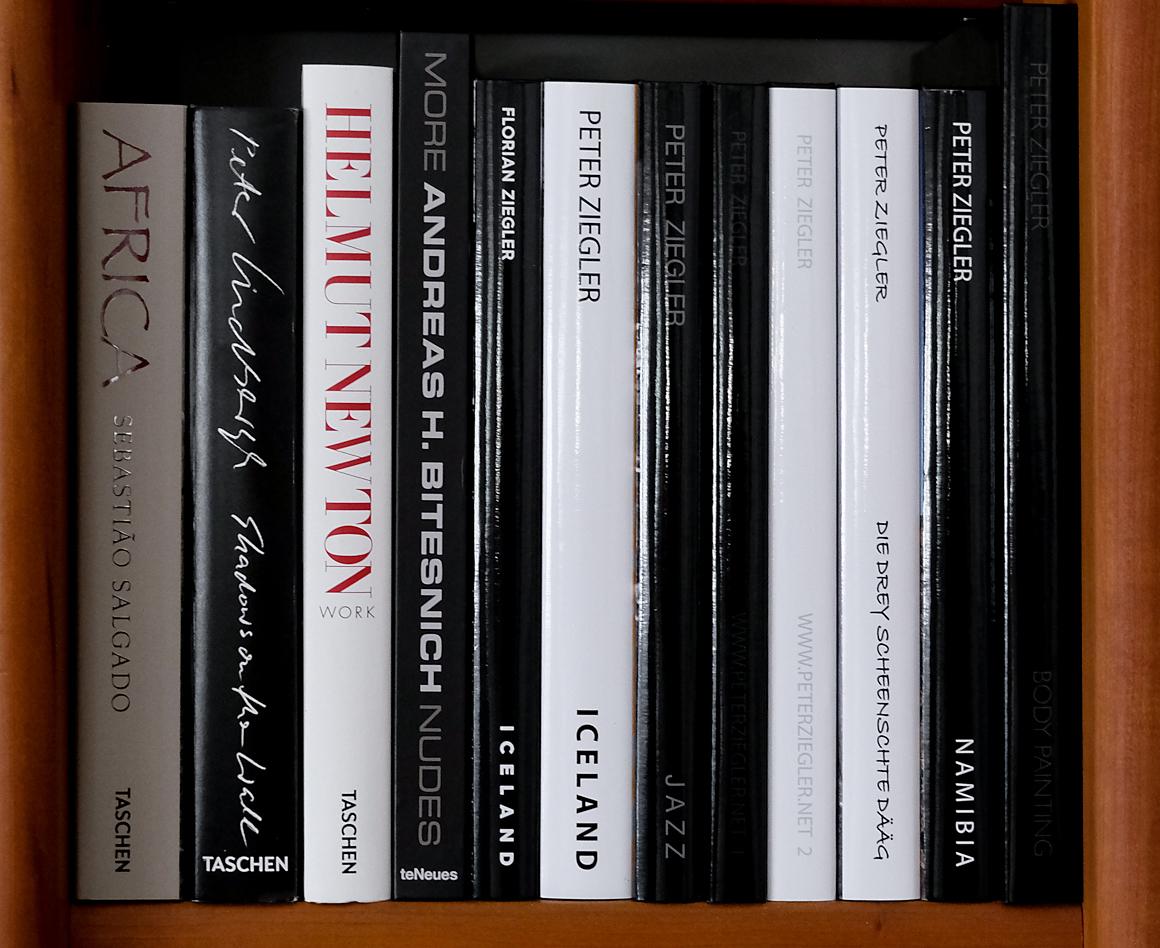 Selbstgestaltete Bücher im Bücherregal